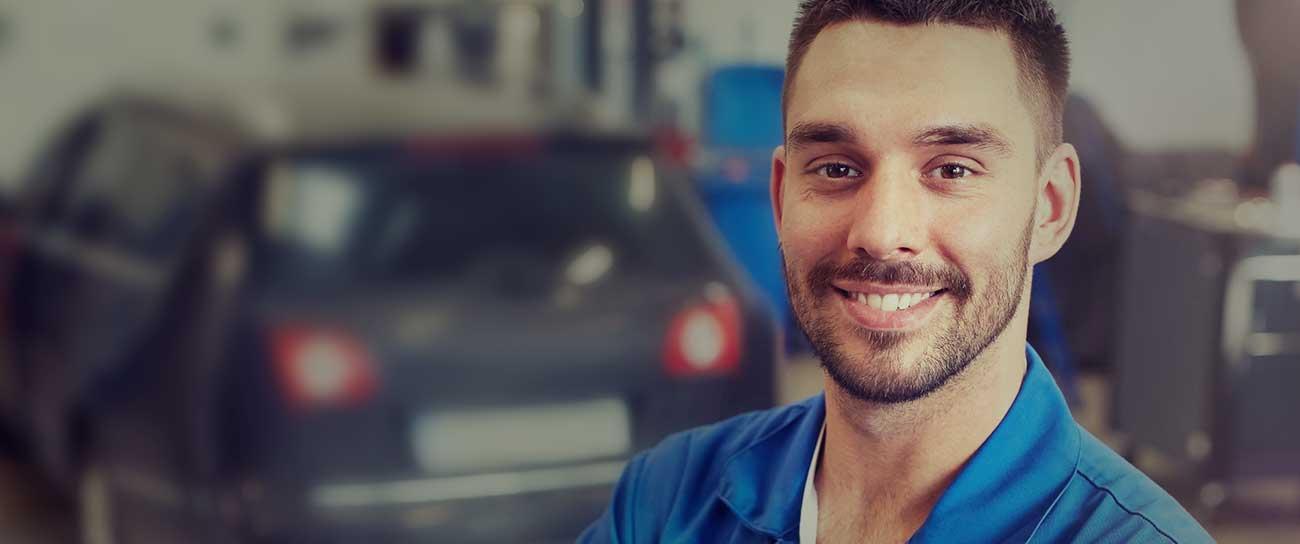 Kfz-Mechaniker in einer Auto-Werkstatt